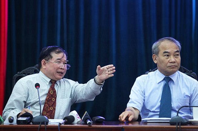 Thứ trưởng Bộ GD&ĐT Bùi Văn Ga (trái) và thứ trưởng Nguyễn Vinh Hiển tại buổi họp. - Ảnh: NGUYỄN KHÁNH