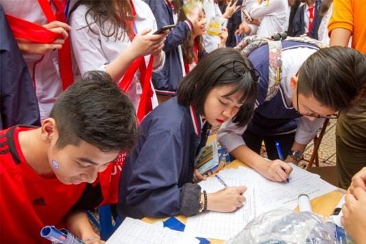 Các em học sinh đang điền thông tin để nhận những tư vấn sâu hơn về các chuyên ngành
