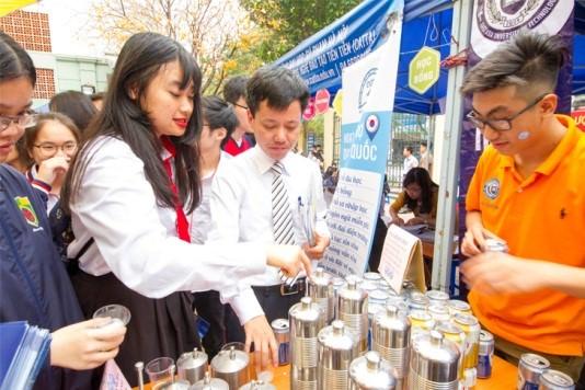 Thầy Nam Hiệu trưởng THPT Nguyễn Bỉnh Khiêm đang thử sản phẩm bia Sagota không cồn và xem nhưng mô hình Tank bia của trường.