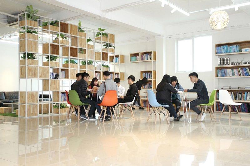 Thư viện là nơi để học viên nghiên cứu, giải lao sau mỗi giờ học tập tại trường.