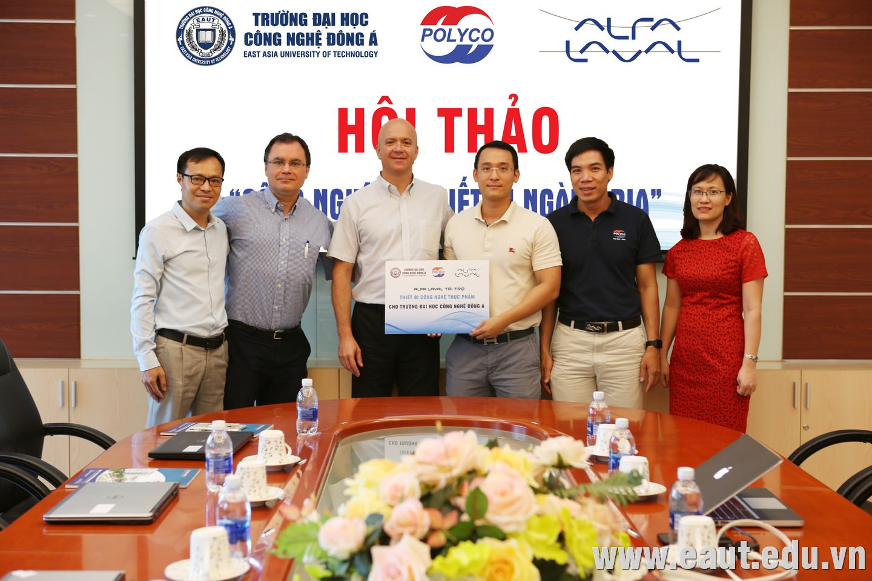 TS. Đinh Văn Thành - Phó Hiệu trưởng tiếp nhận tài trợ thiết bị công nghệ thực phẩm từ đại diện Tập đoàn Alfa Laval