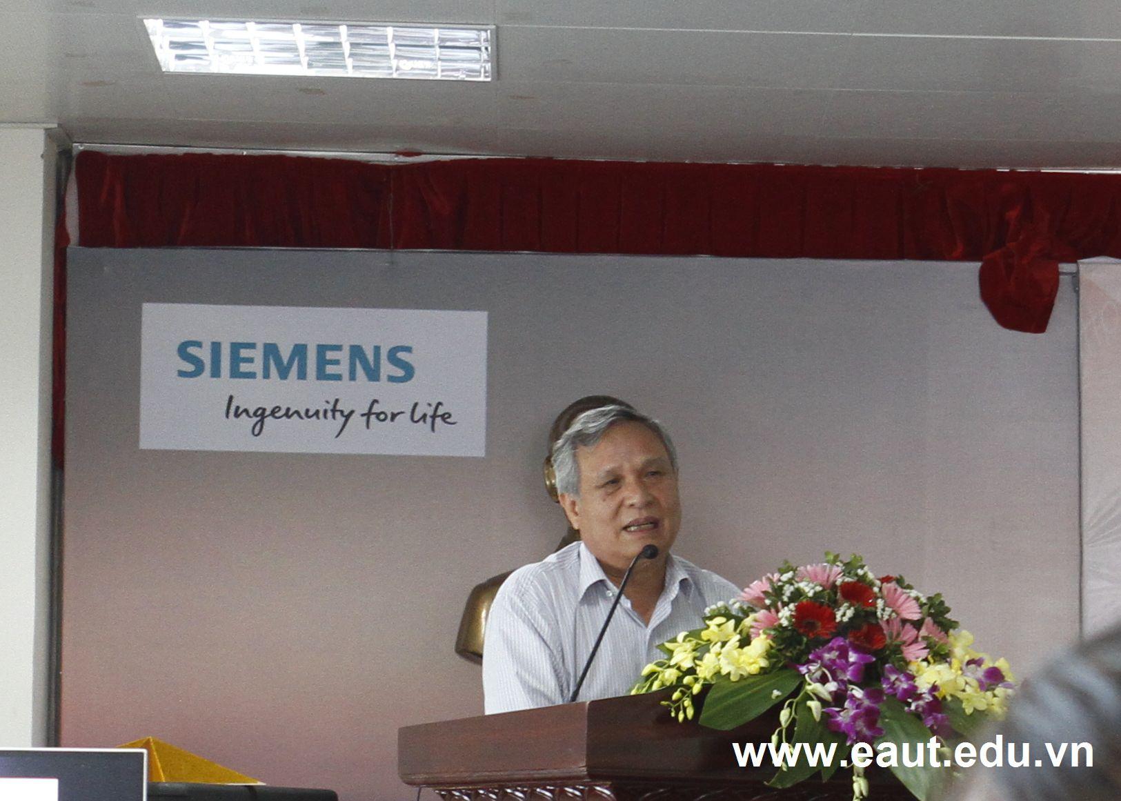 GS.TS Đinh Văn Thuận phát biểu và chúc mừng buổi bảo vệ
