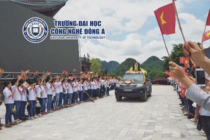Sinh viên EAUT tham gia rước cây bồ đề do Chủ tịch Quốc hội Sri Lanka tặng