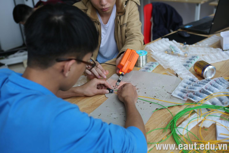 Tham gia quá trình kiểm tra kỹ thuật còn có các sinh viên khối ngành kỹ thuật Đại học Công nghệ Đông Á
