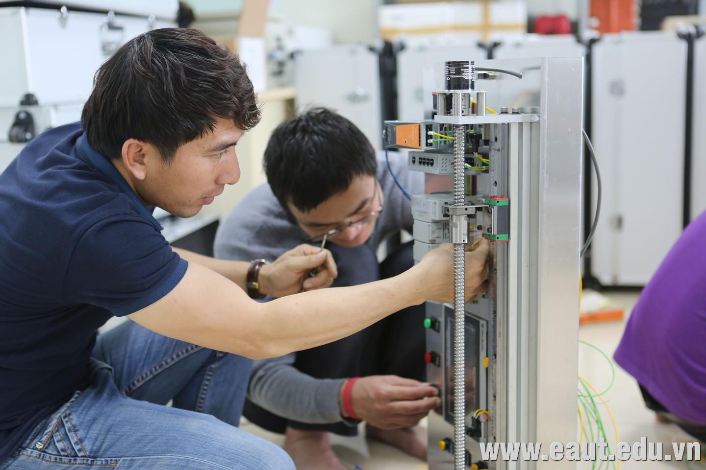 Các kỹ thuật viên Polyco thực hiện kiểm tra kỹ thuật trước khi bàn giao 30 bộ kit