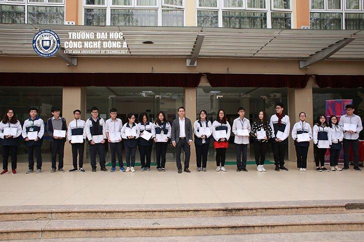 (Tiếng Việt) Trao 24 suất học bổng toàn phần cho học sinh đạt giải cấp Thành phố THPT Kim Liên