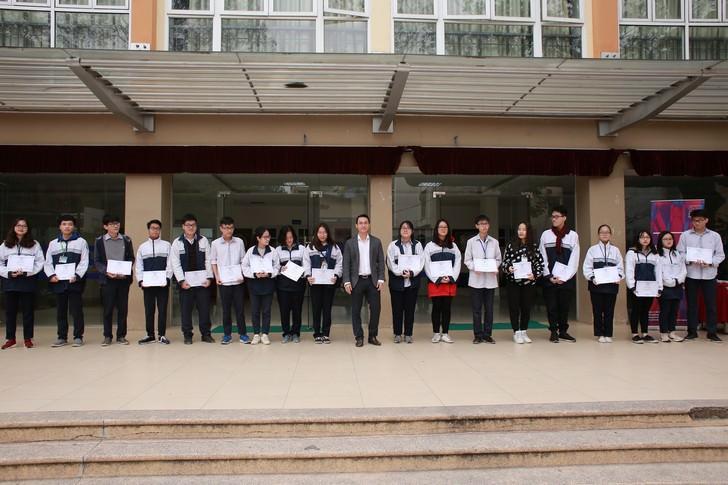 Trao 24 suất học bổng toàn phần cho học sinh đạt giải cấp Thành phố THPT Kim Liên