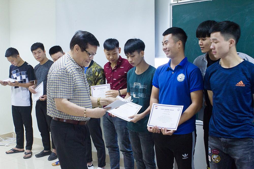 TS. Nguyễn Văn Chung - Phó hiệu trưởng trao chứng nhận cho 39 sinh viên hoàn thành đợt thực tập nhận thức năm nhất.