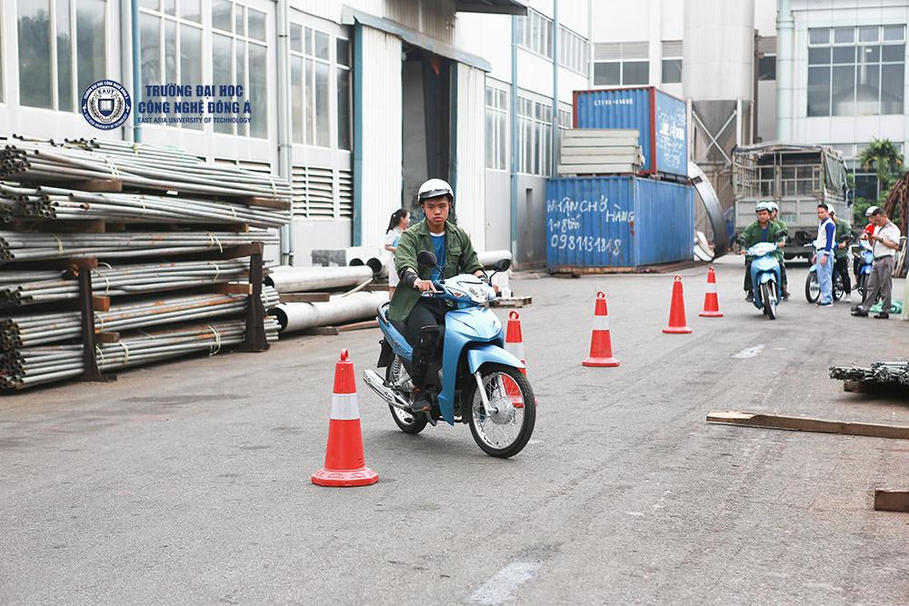 Sinh viên EAUT học cách điều khiển xe máy an toàn.