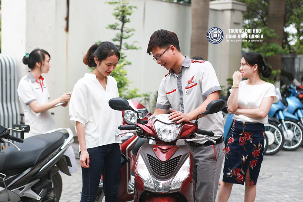 Chuyên gia Honda kiểm tra kỹ thuật cho cán bộ và sinh viên của trường.