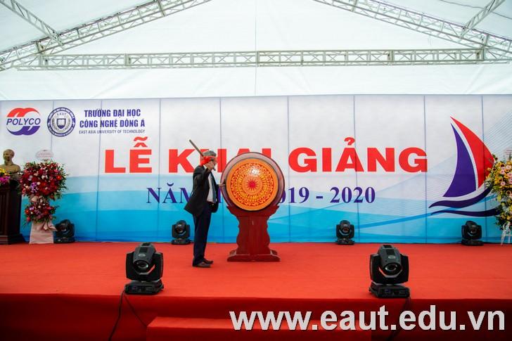 Tại buổi lễ, GS.TS Đinh Văn Thuận – Hiệu trưởng đã đánh tiếng trống khai giảng năm học mới 2019 – 2020. Cũng là tiếng trống khai trường chào đón năm học mới.