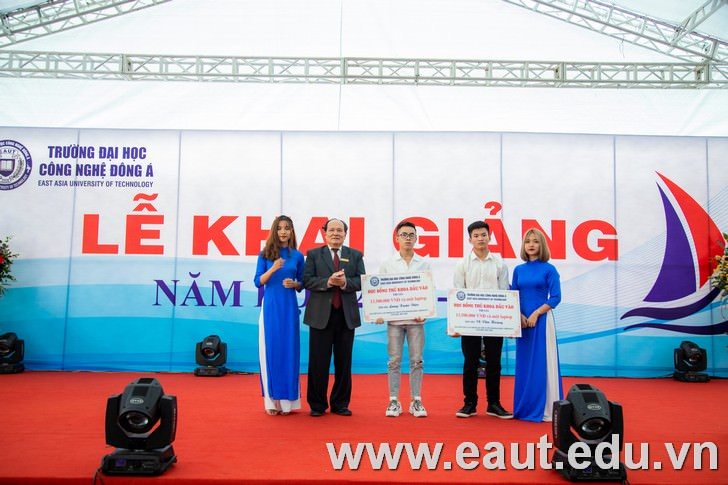 GS.VS Đinh Văn Nhã - Bí Thư Đảng ủy, Chủ tịch Hội đồng Khoa học và Đào tạo, Phó Hiệu trưởng Nhà Trường trao học bổng đầu vào cho 2 thủ khoa xuất sắc.