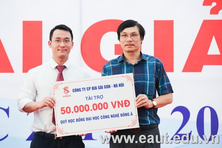 Đại diện Công ty CP Bia Sài Gòn - Hà Nội trao tài trợ cho Quỹ học bổng Đại học Công nghệ Đông Á