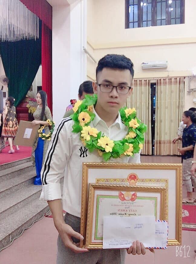 Lang Xuân Diệu trong một đợt nhận khen thưởng tại địa phương
