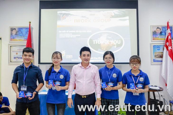 Mr John Nguyễn trao 4 suất học bổng toàn phần cho sinh viên Đại học Công nghệ Đông Á tham gia chương trình.