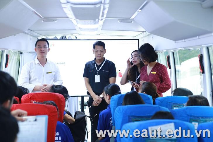 TS Đinh Văn Thành - Phó Hiệu trưởng Nhà trường trao đổi với sinh viên trước buổi học.