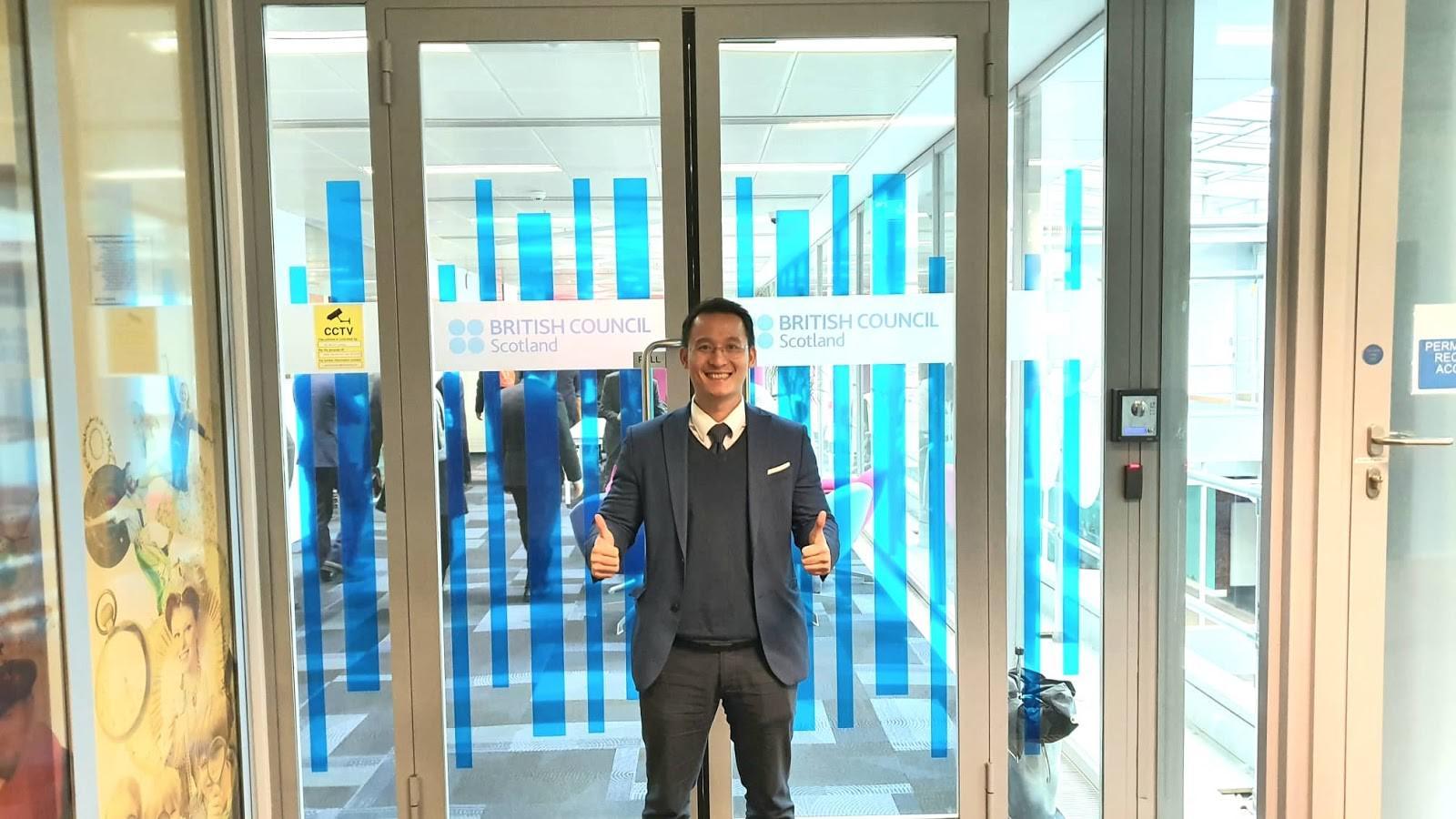TS Đinh Văn Thành tại trụ sở của British Council, Edinburgh, UK tìm hiểu thông tin về du học Anh Quốc.