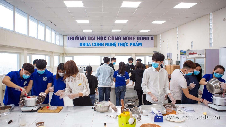 Trước khi tham gia buổi trải nghiệm, sinh viên được phát khẩu trang, rửa tay, đảm bảo vệ sinh an toàn thực phẩm và phòng tránh dịch Covid-19.