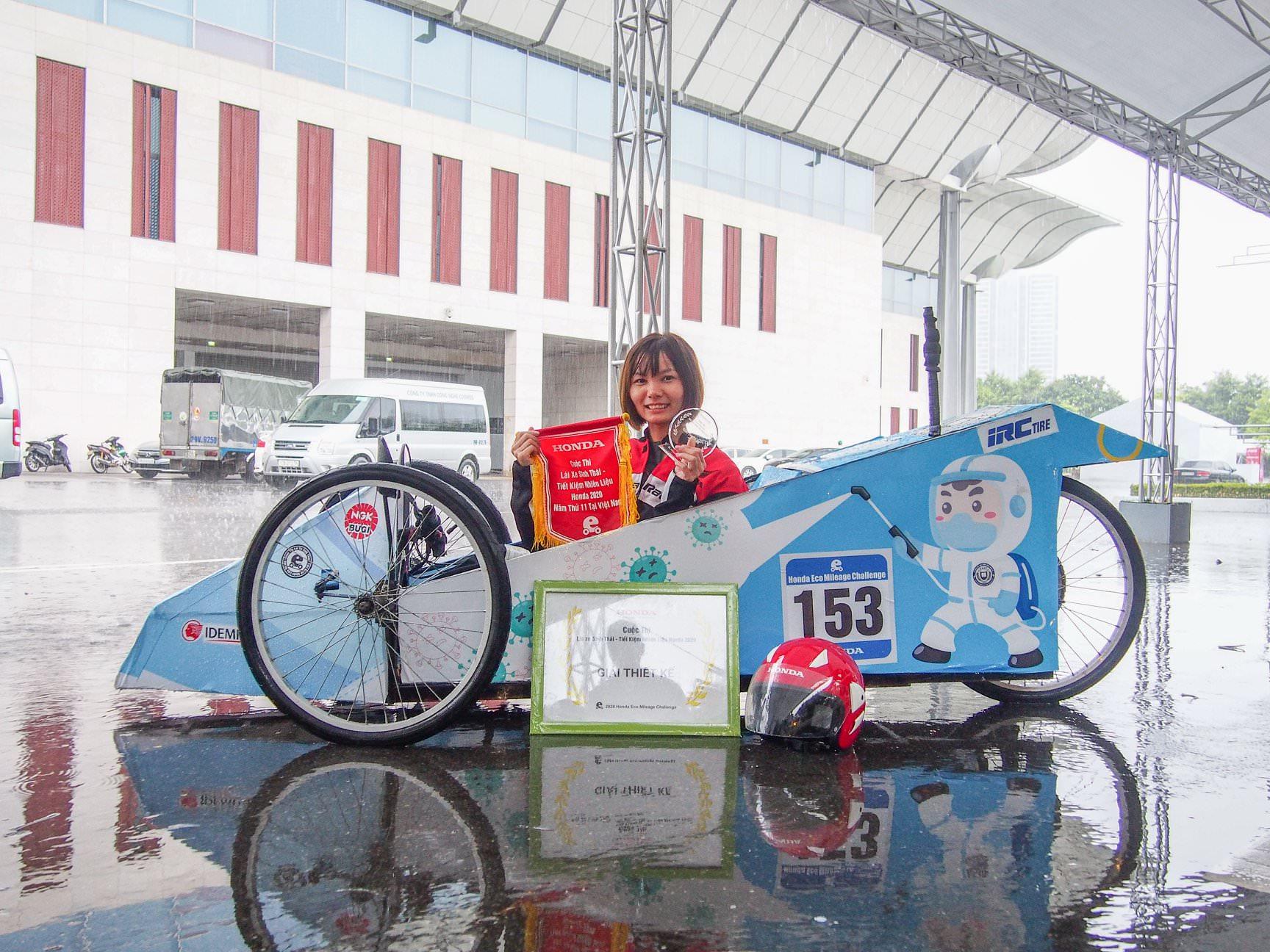 Đội trưởng Nguyễn Thị Thu Hà và thành tích toàn đội nhận được từ thiết kế xe tự chế trong cuộc thi.