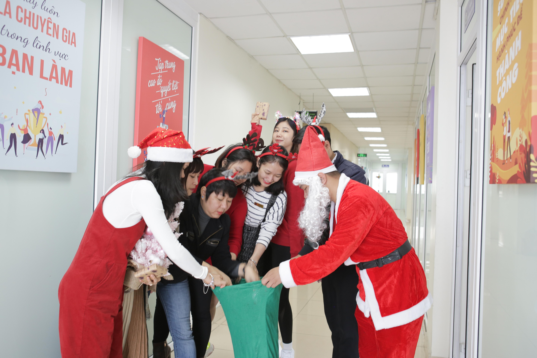 Cán bộ háo hức nhận quà từ ông già Noel