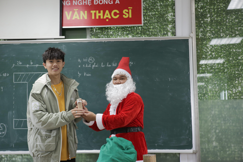 Sinh viên học môn vật lý vui vẻ nhận quà từ Santa Claus