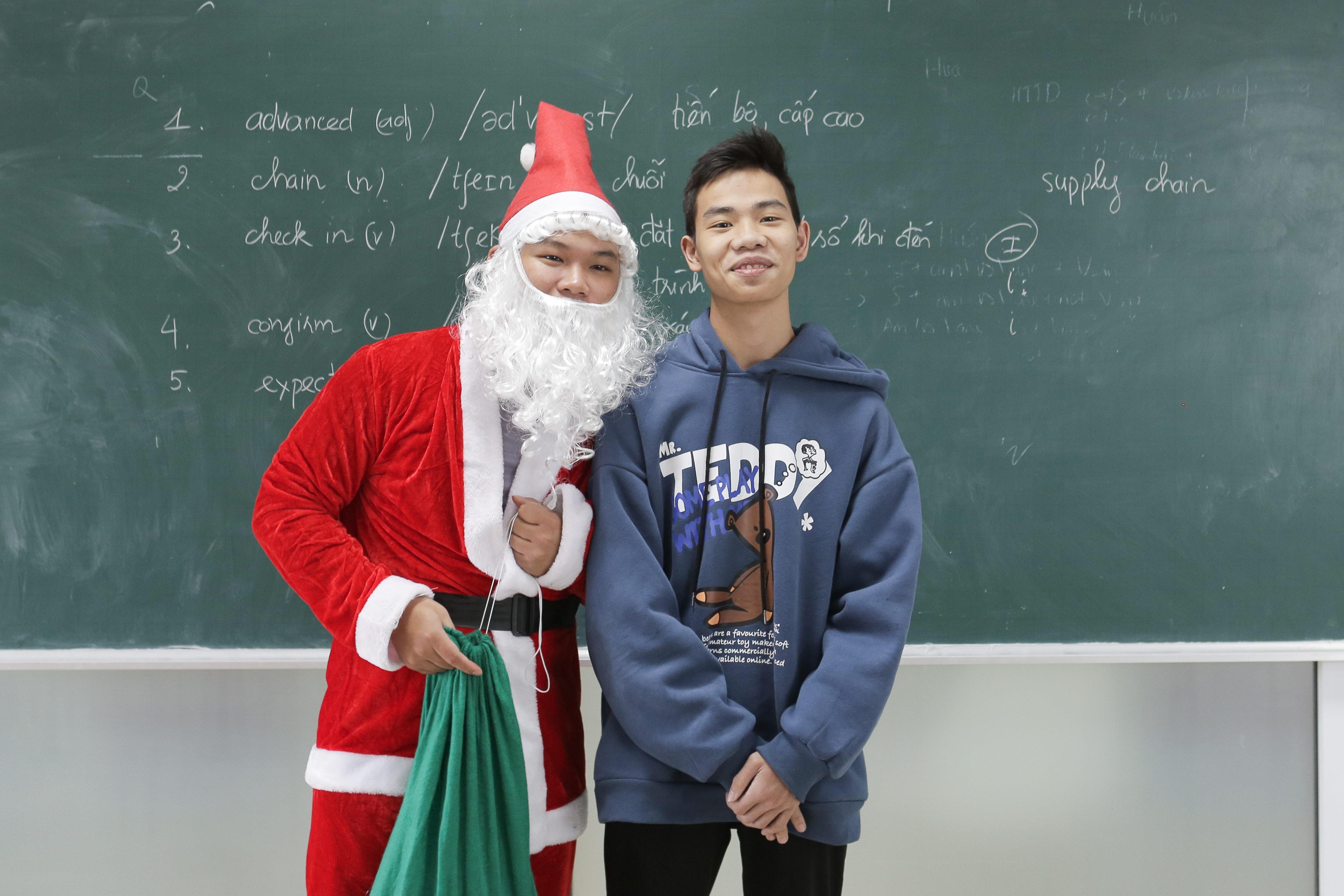Sinh viên lớp tiếng anh bất ngờ khi được nhận quà