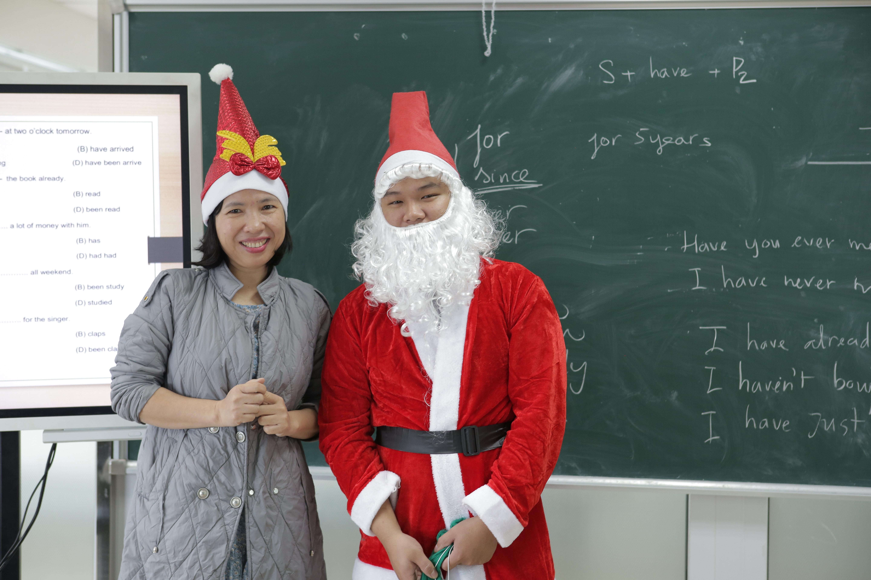 Cô giáo bộ môn tiếng anh cười tươi bên Santa Claus